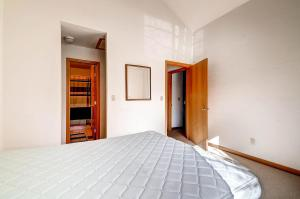 1000 Homestead Dr Unit 22-large-020-2nd Floor Bedroom-1500x999-72dpi