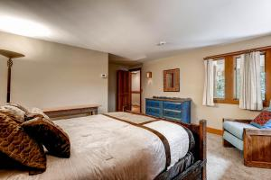 2645 Bald Mountain Rd Vail CO-large-018-Lower Level Bedroom-1499x1000-72dpi