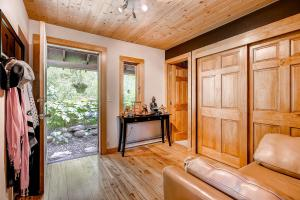2845 Snowberry Dr A Vail CO-large-004-Foyer-1499x1000-72dpi