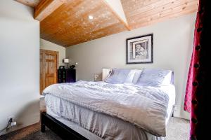 2845 Snowberry Dr A Vail CO-large-013-Master Bedroom-1500x1000-72dpi