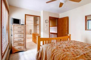 225 Eagle Dr Avon CO 81620 USA-large-015-Master Bedroom-1495x1000-72dpi
