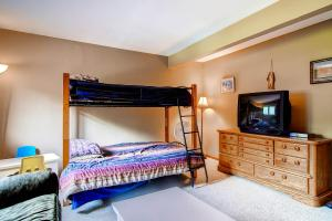 225 Eagle Dr Avon CO 81620 USA-large-020-Lower Level Bedroom-1494x1000-72dpi