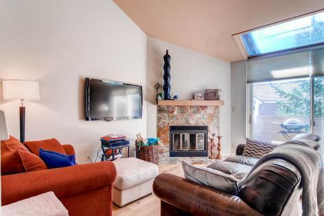 470 Homestead Dr No 6 Edwards-large-007-Living Room-1494x1000-72dpi